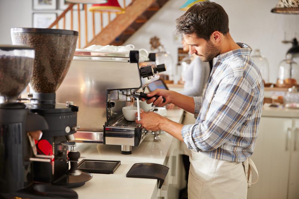 barista v kavárně